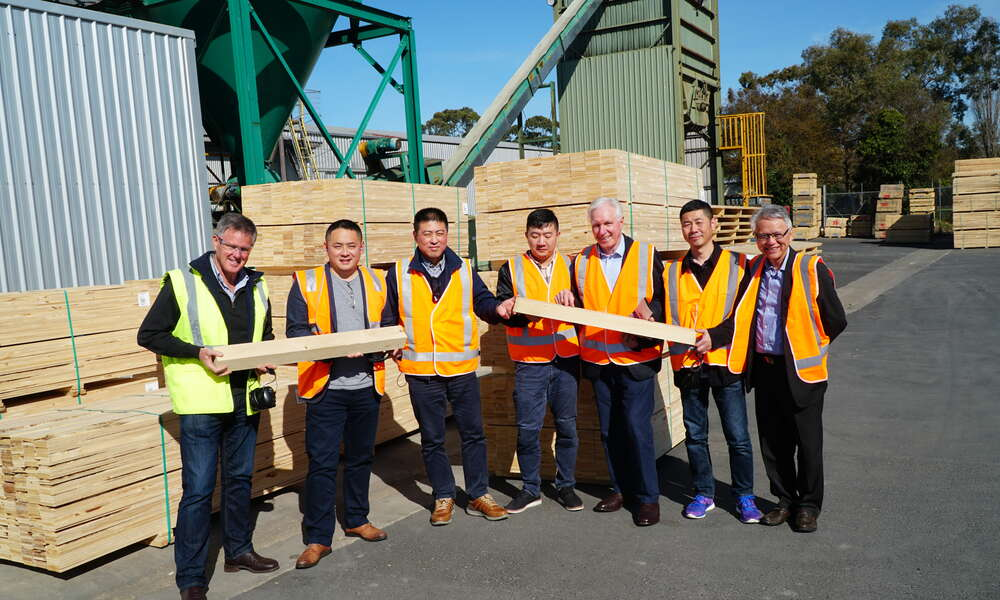 NF McDonnell and Sons Ian McDonnell, Jiayao Zhang, Liang Cheng, Yuhang Deng, City of Mount Gambier Investment Attraction Manager Bruce Rodda, Haifang Zhao and Mayor Andrew Lee.
